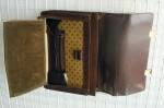 Aktovka kožená řezaná, uvnitř 1 zipová a dvě otevřené kapsy, přední organizer, dva zámky, zabarvené hrany