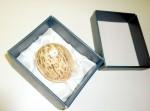 Dárkové balení - dámské vycházkové rukavičky glazé složené do keramického vlašského ořechu vyloženém saténem, celé v ozdobném papírovém kartonku