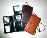 Kožená etue na doklady s mnoha kapsičkami, s možností závěsu na krk pod košili (cestovní), případně do ruky po odepnutí koženého řemínku