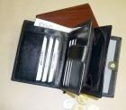 Kožená peněženka velmi dobře řešená, přední díl se zápinkou na papírové bankovky a kreditky, uprostřed zipová kapsa přes celou plochu