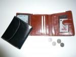 menší dámská kožená peněženkaenka  se zápinkou, kapsičky na drobné mince i papírové bankovky, 9 karet