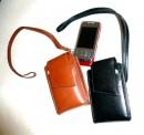 Kožené pouzdro na mobil s ouškem na karabinku (odepínací), pod klopničkou kapsa na kreditku, klopna na magnet, ve stranách guma